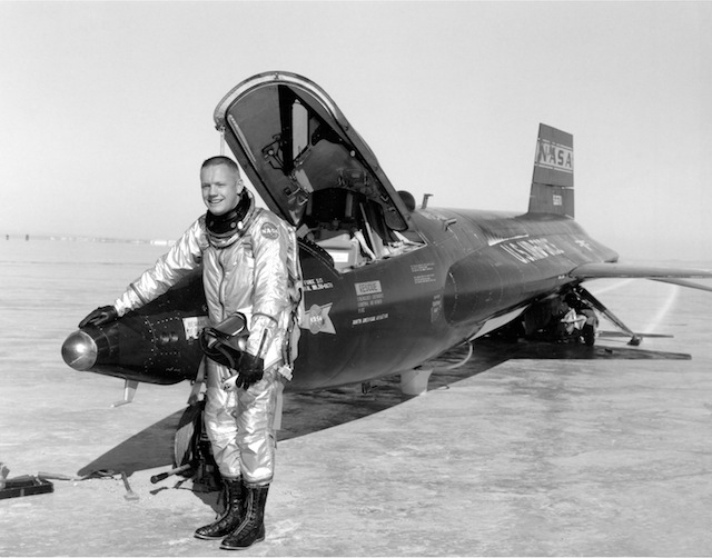 "Neil Armstrong mit X-15<br /> (via <a href=""http://commons.wikimedia.org/wiki/File:Pilot_Neil_Armstrong_and_X-15_-1_-_GPN-2000-000121.jpg"">commons.wikimedia.org</a>)"