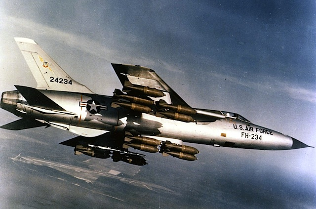 "F-105 - nicht so bekannt, IMHO abgefahrenes 50s Design (via <a href=""http://commons.wikimedia.org/wiki/File:Republic_F-105D-30-RE_(SN_62-4234)_in_flight_with_full_bomb_load_060901-F-1234S-013.jpg"">commons.wikimedia.org</a>)"