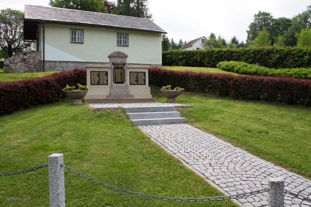 das Denkmal der Gefallenen (12 im 1. und 56 im 2. Weltkrieg)