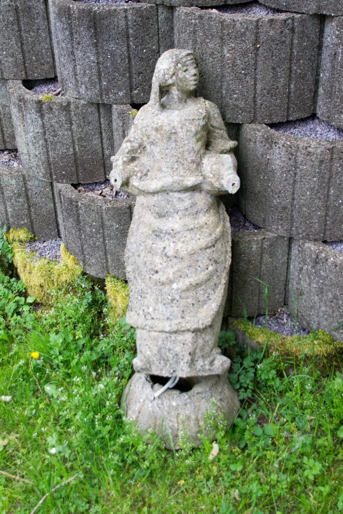 Als ich noch ein kleiner Jammerossi war, gab's in der Ortsmitte einen Brunnen, in dessen Mitte diese Figur stand. Es war eben nicht alles schlecht.